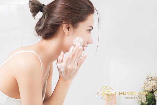 Dùng sữa rửa mặt sau khi tẩy tế bào chết khiến da khô ráp hơn