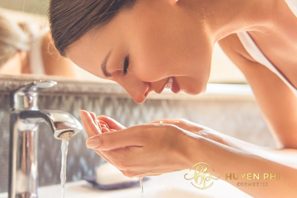 Rửa mặt sạch với nước trước khi thực hiện tẩy tế bào chết