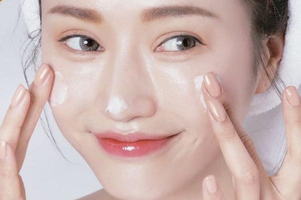 Dưỡng ẩm sau tẩy da chết là thao tác cần thiết để da luôn mềm mịn