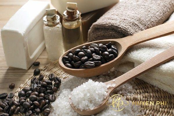 Muối và bã cafe là công thức được chị em tin dùng