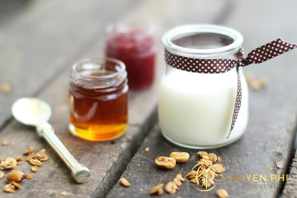 Mật ong và sữa chua tẩy da chết, dưỡng da trắng sáng