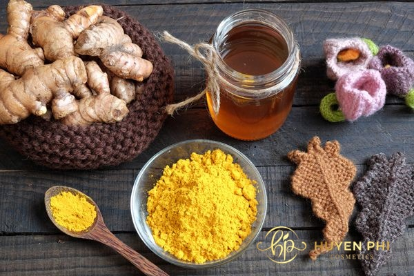 Tinh bột nghệ và mật ong tạo thành hỗn hợp làm sạch da an toàn