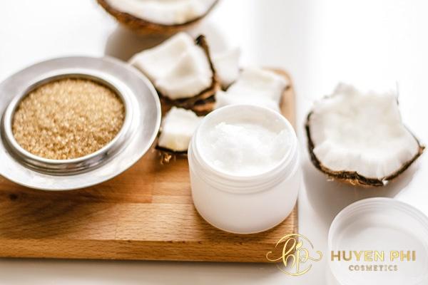 Dầu dừa và đường giúp môi luôn mềm mịn