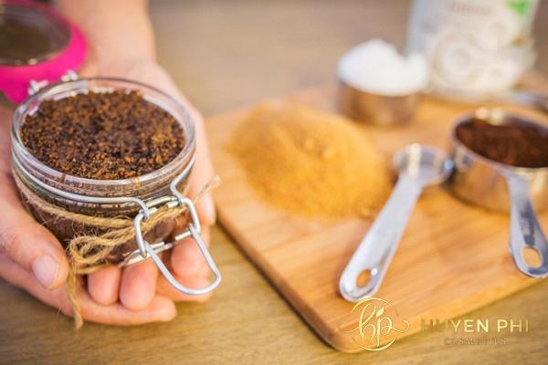 Đường nâu và bã cafe tẩy tế bào hết hiệu quả
