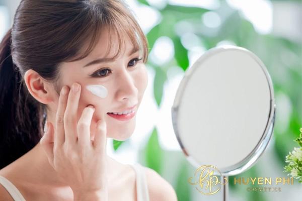 Thoa kem chống nắng bảo vệ da trước tia cực tím