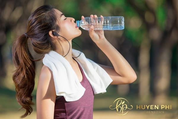 Uống đủ nước mỗi ngày để cơ thể và làn da luôn khỏe mạnh