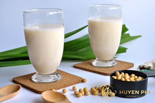 Sữa đậu nành có nhiều dưỡng chất tăng khả năng làm mờ thâm nám hiệu quả