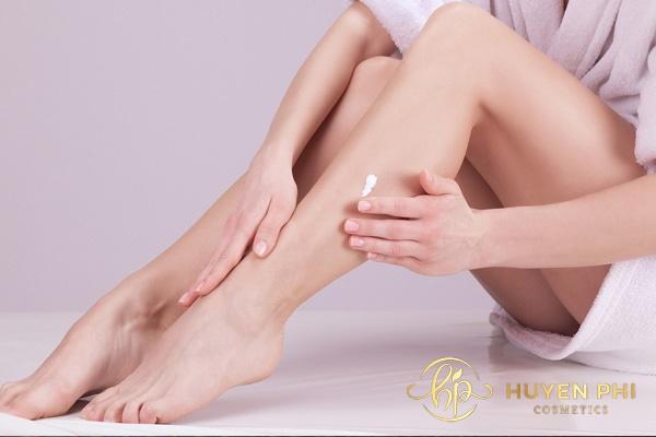 Thoa kem dưỡng ẩm ngay sau khi tẩy lông giúp da luôn mềm mại