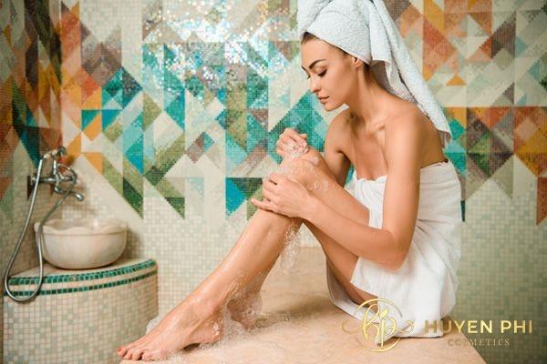 Chị em không nên cạo lông chân nhiều lần dễ gây viêm lỗ chân lông