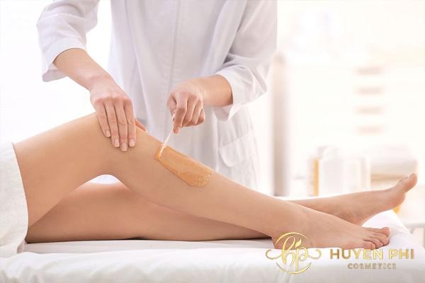 Sau khi cạo lông chân nên vệ sinh kỹ càng tránh gây viêm da
