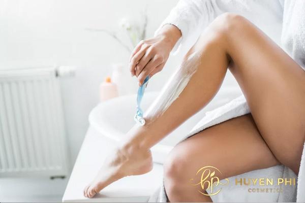Thực hiện tẩy lông chân bằng kem đúng cách giúp tẩy lông triệt để và an toàn