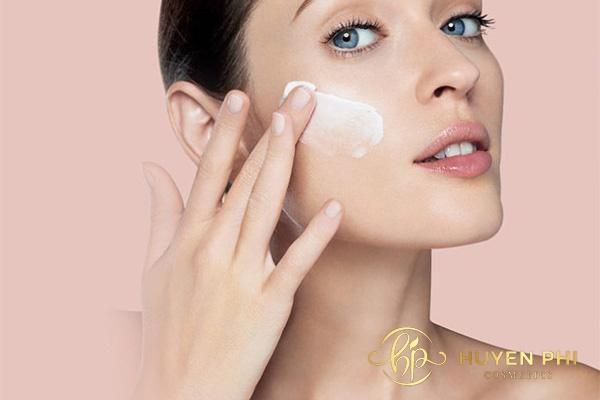 Dùng kem chống nắng để bảo vệ da chuyên sâu