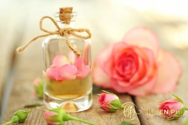 Nước hoa hồng và nha đam tăng khả năng làm sạch da an toàn