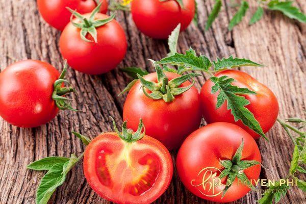 Cà chua có dưỡng chất làm mềm lông chân hiệu quả