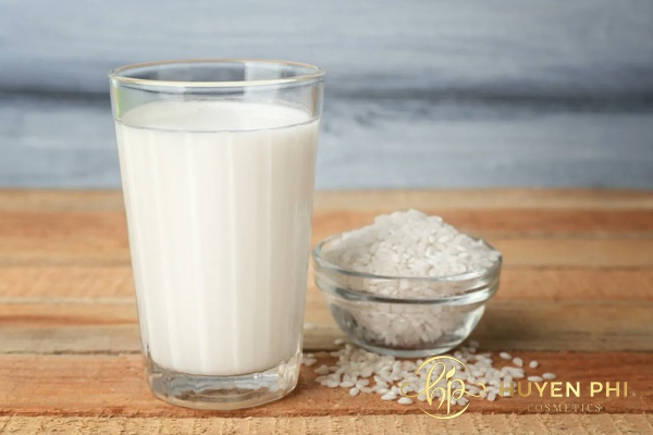 Bột gạo và sữa tươi là nguyên liệu tẩy lông nách phổ biến