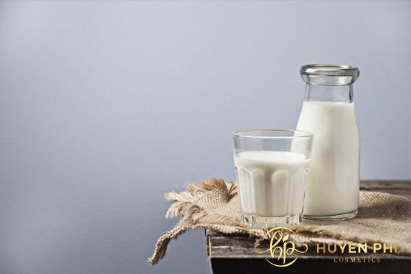 Vitamin B1 và sữa tươi để làm trắng da