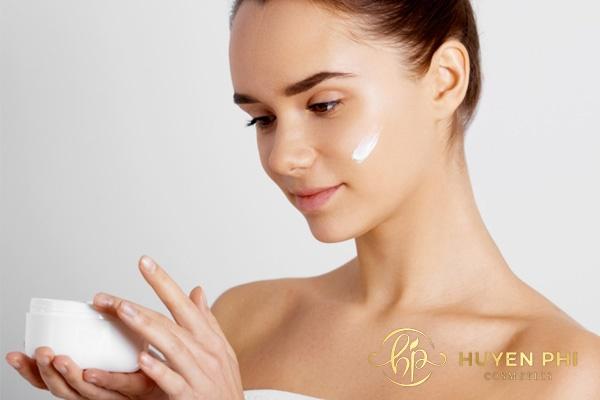 Thoa kem dưỡng ẩm mỗi ngày để chăm sóc da hoàn hảo