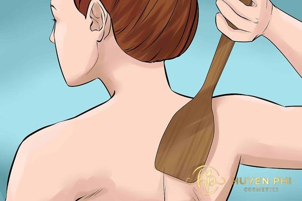 Sử dụng thanh nhựa thoa kem vùng lưng