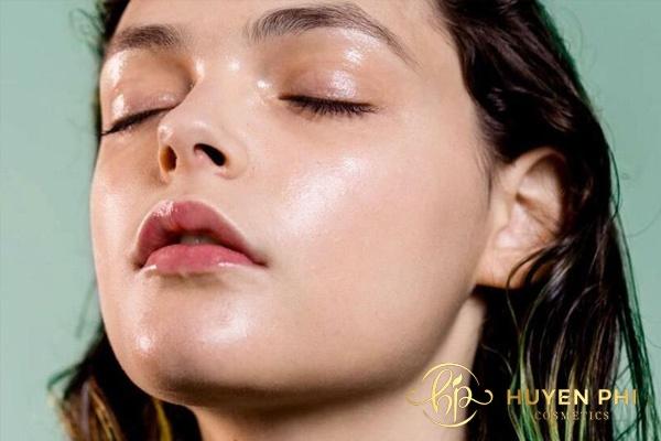 Người có làn da dầu da mặt thường bóng loáng và có nhiều mụn