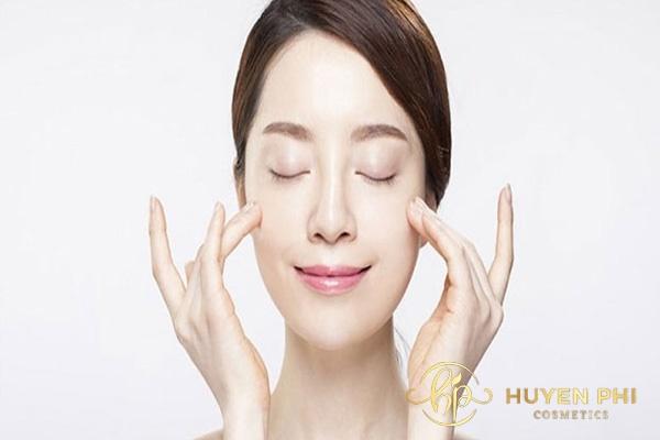 Massage da mặt với dầu tẩy trang