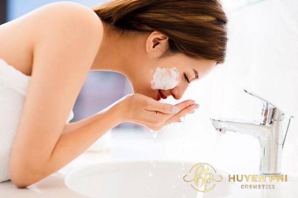 Rửa mặt lấy đi bụi bẩn trên da