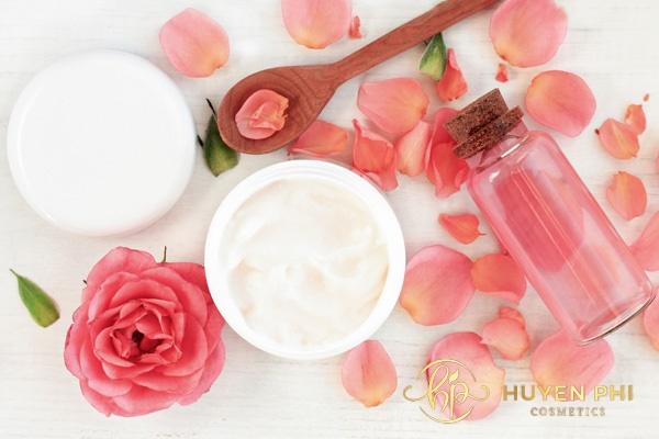 Nước hoa hồng bôi sau khi đắp mặt nạ giúp lỗ chân lông se khít
