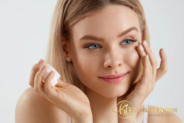 Kết hợp kem dưỡng và dưỡng trắng để làm trắng da tối ưu