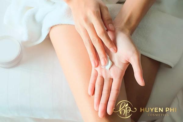 Sau khi thẩm thấu, các nàng có thể thoa thêm các lớp kem chăm sóc da khác