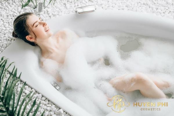 Tắm sạch để loại bỏ vi khuẩn, bụi bẩn trên da