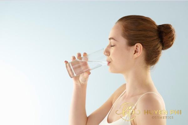 Bổ sung nước đầy đủ để cung cấp độ ẩm cần thiết cho da