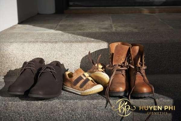 Vệ sinh giày thường xuyên để hạn chế vi khuẩn gây mùi