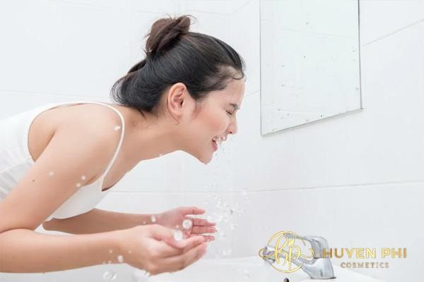 Rửa mặt với nước lạnh sau xông hơi