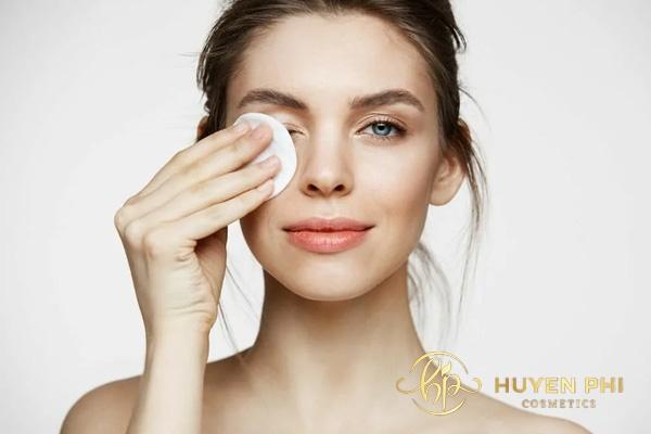Tẩy trang nhẹ nhàng lấy đi cặn trang điểm trên da