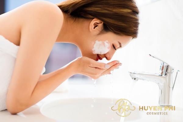Sử dụng sữa rửa mặt giúp làm sạch sâu, nhanh chóng