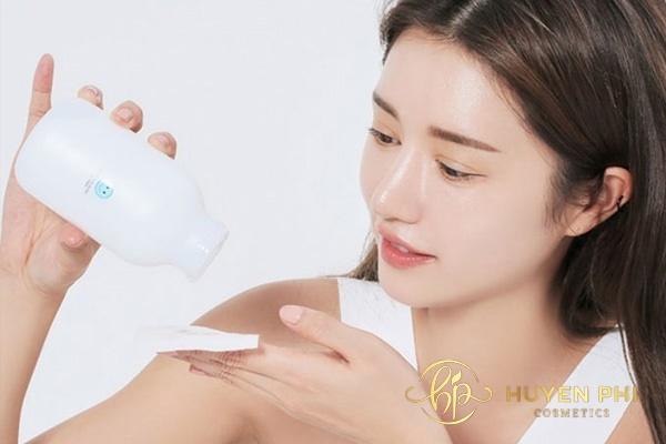 Thực hiện tẩy trang khi không trang điểm làm sạch da hiệu quả