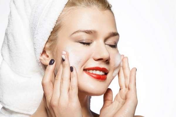 Tạo bọt với sữa rửa mặt làm sạch da chuyên sâu