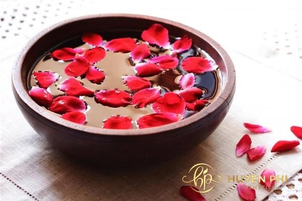 Ngâm cánh hoa hồng để tạo nước hoa hồng tự nhiên