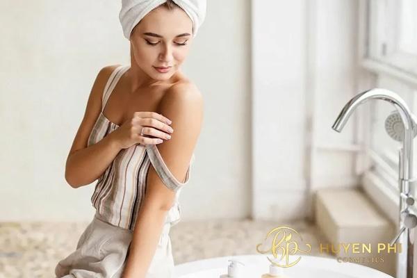Bạn gái nên thoa kem dưỡng da đúng thứ tự để da hấp thụ tốt hơn