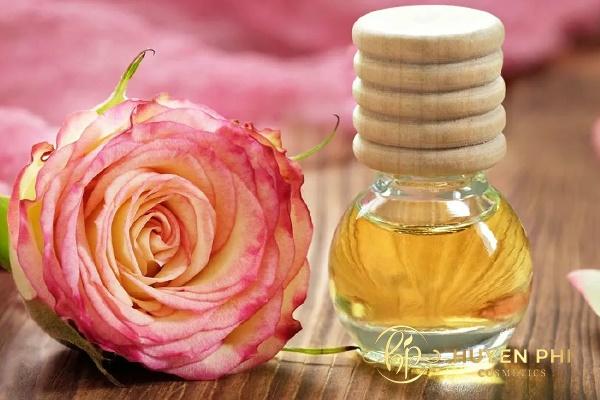 Chắt nước hoa hồng vào các chai nhỏ để tiện sử dụng