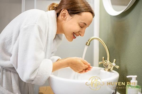 Thực hiện rửa mặt đúng cách giúp làm sạch da hiệu quả