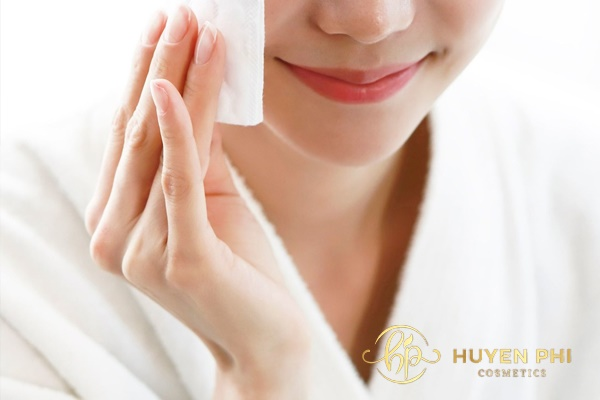 Dùng bông tẩy trang lau nhẹ để đảm bảo làm sạch dầu nhờn trên da