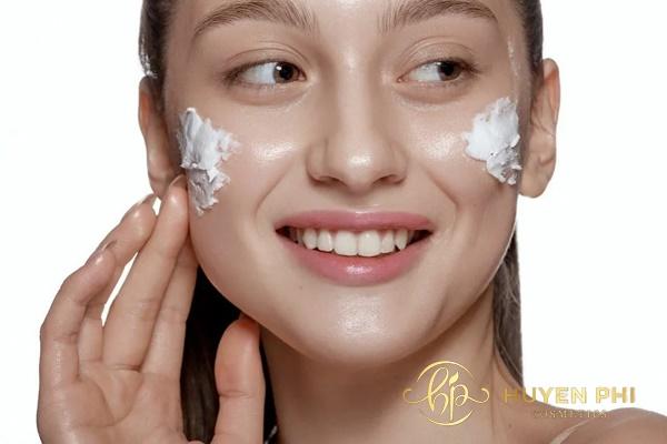 Rửa mặt với sữa rửa mặt cho da thêm sạch mịn