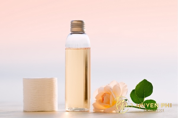 Nước hoa hồng làm sạch và cân bằng độ ẩm trên da