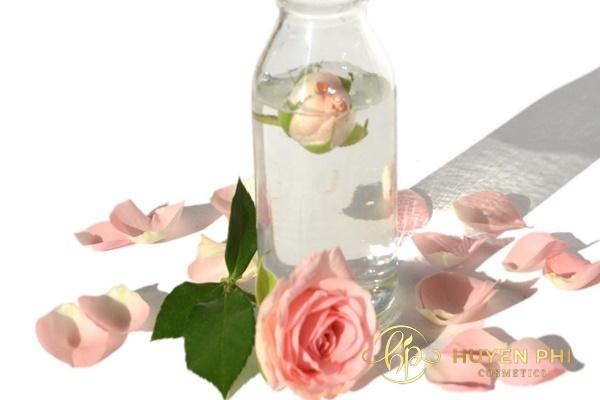 Sau khi rửa mặt thì thoa nước hoa hồng lên da