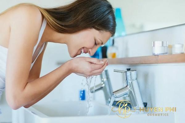 Sữa rửa mặt rửa trôi các dưỡng chất từ nước hoa hồng với da