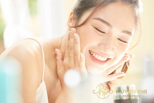 Rửa mặt để làm sạch da trước khi thoa nước hoa hồng