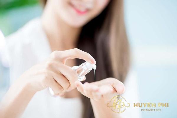 Dùng nước toner làm sạch da là yêu cầu quan trọng trước khi dùng mặt nạ