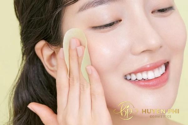 Tẩy trang đúng cách giúp làm sạch lớp trang điểm trên da mặt